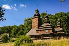 Παλαιά ξύλινη εκκλησία στο χωριό Στοκ Φωτογραφίες