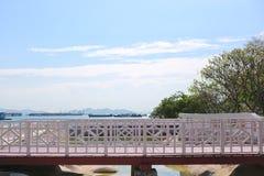 παλαιά ξύλινη εκλεκτής ποιότητας γέφυρα στον κήπο Koh του Si Chang Στοκ φωτογραφία με δικαίωμα ελεύθερης χρήσης