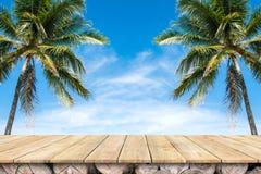 Παλαιά ξύλινη επιτραπέζια κορυφή με τα δέντρα καρύδων και το υπόβαθρο μπλε ουρανού στοκ φωτογραφία με δικαίωμα ελεύθερης χρήσης