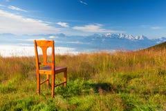 Παλαιά ξύλινη καρέκλα στην κορυφή σε Gerlitzen Apls στην Αυστρία Στοκ εικόνες με δικαίωμα ελεύθερης χρήσης