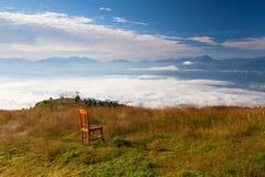 Παλαιά ξύλινη καρέκλα στην κορυφή σε Gerlitzen Apls στην Αυστρία Στοκ εικόνα με δικαίωμα ελεύθερης χρήσης