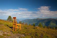Παλαιά ξύλινη καρέκλα στην κορυφή σε Gerlitzen Apls στην Αυστρία Στοκ Φωτογραφία