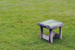 Παλαιά ξύλινη καρέκλα στον κήπο στο εκλεκτής ποιότητας φίλτρο Στοκ φωτογραφίες με δικαίωμα ελεύθερης χρήσης