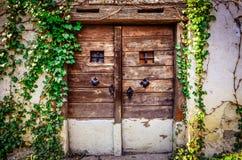 Παλαιά ξύλινη κατασκευασμένη πόρτα και ξεπερασμένος τοίχος Στοκ εικόνες με δικαίωμα ελεύθερης χρήσης