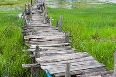 Παλαιά ξύλινη μακριά γέφυρα Στοκ εικόνες με δικαίωμα ελεύθερης χρήσης