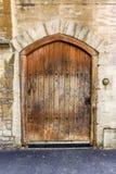Παλαιά ξύλινη πόρτα με τα στηρίγματα μετάλλων Στοκ Φωτογραφίες