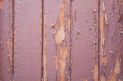 Παλαιά ξύλινη πόρτα με την αποφλοίωση χρωμάτων μακριά Στοκ εικόνα με δικαίωμα ελεύθερης χρήσης
