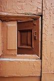 Παλαιά ξύλινη πόρτα με τις ρωγμές Στοκ Φωτογραφίες