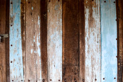 Παλαιά ξύλινη πόρτα με το μπλε που χρωματίζεται στοκ εικόνες