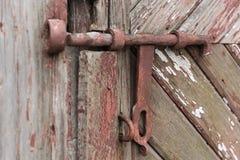 Παλαιά ξύλινη πόρτα με το παραθυρόφυλλο ανασκοπήσεις που τίθεν&tau Στοκ Φωτογραφίες