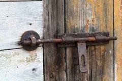 Παλαιά ξύλινη πόρτα με το παραθυρόφυλλο ανασκοπήσεις που τίθεν&tau Στοκ Φωτογραφία
