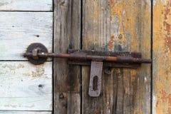 Παλαιά ξύλινη πόρτα με το παραθυρόφυλλο ανασκοπήσεις που τίθεν&tau Στοκ φωτογραφία με δικαίωμα ελεύθερης χρήσης