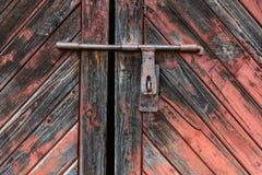 Παλαιά ξύλινη πόρτα με το παραθυρόφυλλο που στρίβεται από το καλώδιο ανασκοπήσεις που τίθεν&tau Στοκ Φωτογραφίες