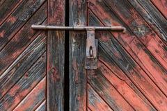 Παλαιά ξύλινη πόρτα με το παραθυρόφυλλο που στρίβεται από το καλώδιο ανασκοπήσεις που τίθεν&tau Στοκ φωτογραφία με δικαίωμα ελεύθερης χρήσης