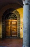 Παλαιά ξύλινη πόρτα σε μια οδό της Πίζας Ιταλία Τοσκάνη Στοκ εικόνες με δικαίωμα ελεύθερης χρήσης