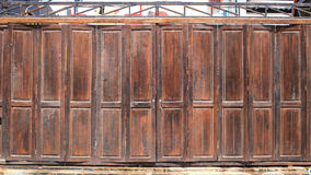 Παλαιά ξύλινη πόρτα σιταποθηκών στοκ εικόνα