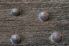 Παλαιά ξύλινη πύλη με τα καρφιά σιδήρου παλαιά για το υπόβαθρο ή τη σύσταση Στοκ Εικόνα