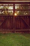 Παλαιά ξύλινη πύλη με τις ακτίνες ήλιων Στοκ φωτογραφία με δικαίωμα ελεύθερης χρήσης