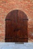 Παλαιά ξύλινη πύλη στο σπίτι τούβλου, Ιταλία Στοκ Εικόνα