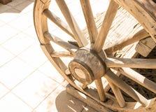 Παλαιά ξύλινη ρόδα βαγονιών εμπορευμάτων Στοκ Φωτογραφία