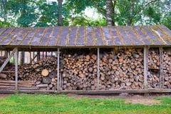Παλαιά ξύλινη σιταποθήκη με το καυσόξυλο και μια σκάλα Στοκ Εικόνες