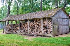 Παλαιά ξύλινη σιταποθήκη με το καυσόξυλο και μια σκάλα Στοκ φωτογραφία με δικαίωμα ελεύθερης χρήσης