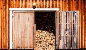 Παλαιά ξύλινη σιταποθήκη με το καυσόξυλο Στοκ εικόνα με δικαίωμα ελεύθερης χρήσης