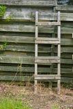 Παλαιά ξύλινη σκάλα που κλίνει ξύλινα slats Στοκ εικόνα με δικαίωμα ελεύθερης χρήσης