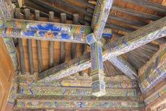 Παλαιά ξύλινη στέγη διαγώνιων ακτίνων Στοκ Φωτογραφίες