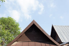Παλαιά ξύλινη στέγη στο ταϊλανδικό ύφος Στοκ Εικόνες