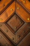 Παλαιά ξύλινη σύσταση πορτών με τα καρφιά μετάλλων Στοκ Εικόνες
