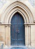 Παλαιά ογκώδης πόρτα εκκλησιών της καθολικής εκκλησίας στοκ εικόνες