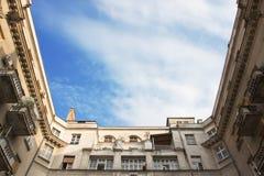 Παλαιά οικοδόμηση εξωτερική με τον ουρανό στη μέση στοκ εικόνες