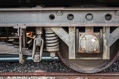 Παλαιά οξυδωμένη ρόδα μεταφορών σιδηροδρόμων με την αναστολή στοκ εικόνα με δικαίωμα ελεύθερης χρήσης