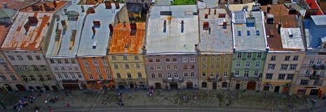 Παλαιά οδός με τα ζωηρόχρωμα κτήρια σε Lviv Στοκ Εικόνες