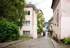 Παλαιά οδός πεζοδρομίων μετά από τη βροχή σε Vyborg, Ρωσία στοκ φωτογραφίες