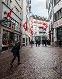 Παλαιά οδός πόλης περπατήματος στη Ζυρίχη, Ελβετία 1 Στοκ Φωτογραφίες