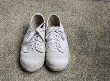 Παλαιά πάνινα παπούτσια βασικά στο πλύσιμο άμμου Στοκ Φωτογραφία