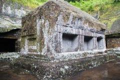 Παλαιά πέτρα κασετινών σε Kunung Kawi Στοκ Φωτογραφία