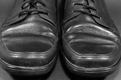 Παλαιά παπούτσια μαύρων Μπροστινή όψη Στοκ εικόνα με δικαίωμα ελεύθερης χρήσης