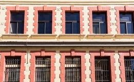 Παλαιά παράθυρα με τους φραγμούς στα παράθυρα Στοκ εικόνα με δικαίωμα ελεύθερης χρήσης