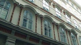 Παλαιά παράθυρα οικοδόμησης, άποψη από κάτω από Αυστρία Βιέννη Στοκ φωτογραφία με δικαίωμα ελεύθερης χρήσης