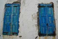 Παλαιά παράθυρα στον άσπρο τοίχο στη Μύκονο Στοκ φωτογραφία με δικαίωμα ελεύθερης χρήσης