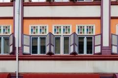 Παλαιά παράθυρα shophouse ύφους ζωηρόχρωμα Στοκ εικόνες με δικαίωμα ελεύθερης χρήσης