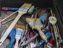 Παλαιά περίπτωση με τις βούρτσες χρωμάτων Στοκ Φωτογραφίες
