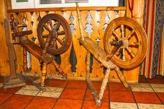 Παλαιά περιστρεφόμενη ρόδα σε ξύλινο Στοκ Εικόνα