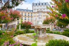 Παλαιά πηγή και ζωηρόχρωμα λουλούδια στο Παρίσι Στοκ Φωτογραφία