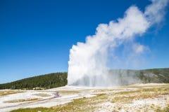 Παλαιά πιστή geyser έκρηξη στο εθνικό πάρκο Yellowstone, ΗΠΑ Στοκ Εικόνα