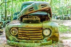 Παλαιά πράσινη επανάλειψη της Ford με την κουκούλα επάνω Στοκ εικόνες με δικαίωμα ελεύθερης χρήσης