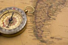 Παλαιά πυξίδα στην εκλεκτής ποιότητας εστίαση χαρτών στην Αργεντινή Στοκ Φωτογραφία